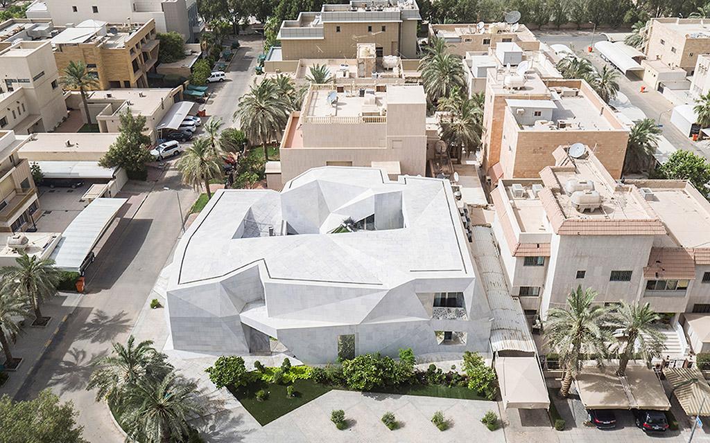 Каменный дом, архитекторы AGi, дом в стиле оригами